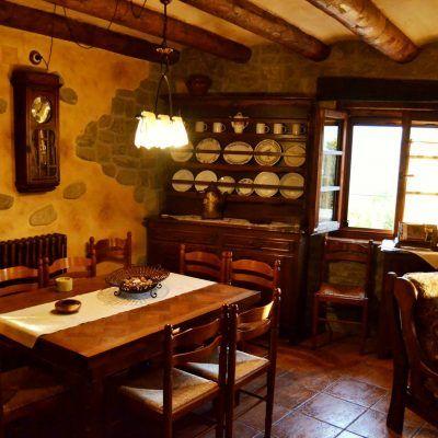 Salón decorado estilo rústico, con las cualidades de antes y las comodidades de ahora