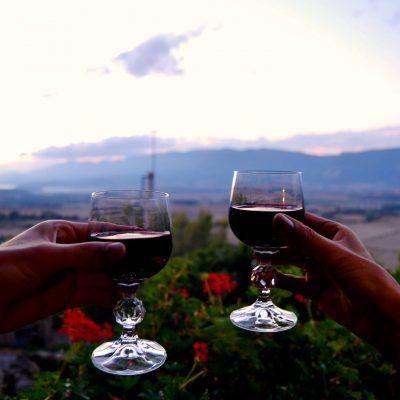 Nada como una copa de vino viendo el atardecer desde la casa