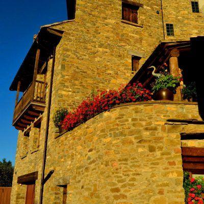 Casa rehabilitada manteniendo el estilo y materiales propios de la zona (piedra y madera)