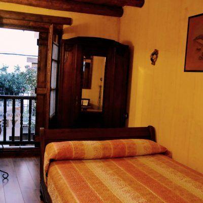 Acogedora habitación con cama de matrimonio, baño compartido y vistas a las calles empedradas del pueblo